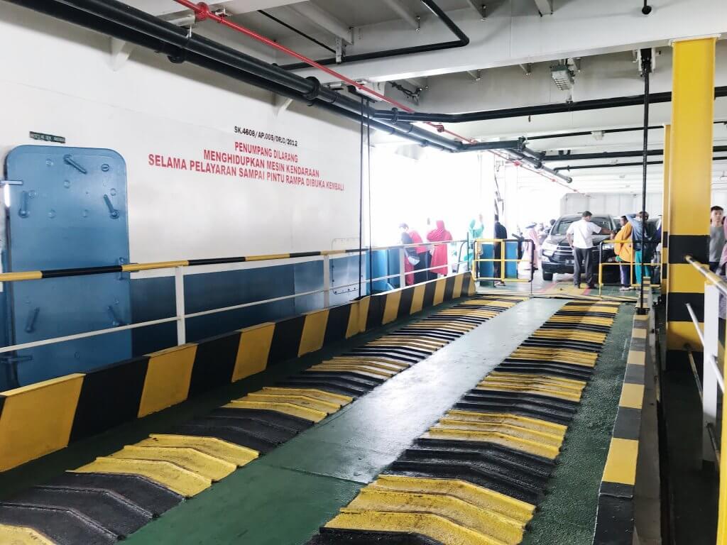 Area Parkir Kendaraan di Kapal Ferry